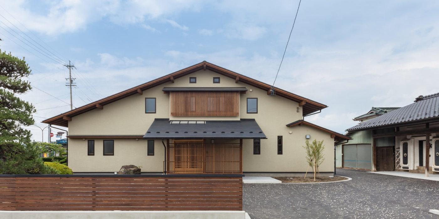 おおらかな切妻屋根の家